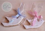 Palomas blancas de fondant con inscripción niño y niña